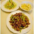 【牛小排肉片快炒西洋芹。清炒高麗菜。洋蔥嫩炒蛋】