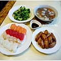 costco外帶生魚片壽司+嫩烤雞中翅+清燙花椰菜+清燉牛腱湯