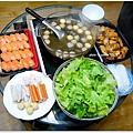 【烏蔘雞火鍋。costco烤美式雞翅。costco鮭魚握壽司。蟹肉棒/魚餃/黃金魚蛋。義美黑豬肉貢丸。大陸妹】
