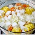 【鯛魚厚片。金針菇。大陸妹。茼蒿。黑木耳。蟹肉棒。姣白筍。低脂魚餃。蔬菜湯底(高麗菜+玉米+白蘿蔔+蕃茄)。冬粉。香辣滷味】