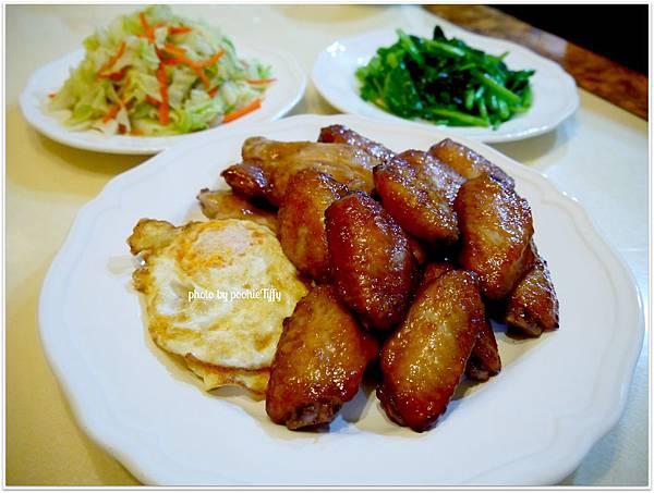【韓式烤雞中翅/烤無骨雞腿排。煎荷包蛋。清炒高麗菜。清燙波菜。糙米飯】