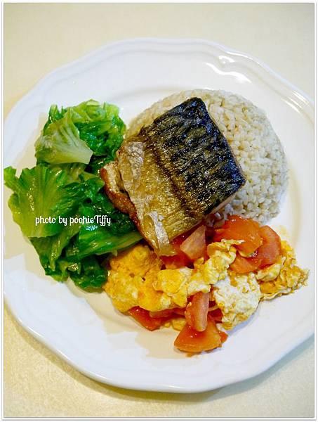 【鹹烤鯖魚。蕃茄炒蛋。清燙大陸妹。糙米飯】