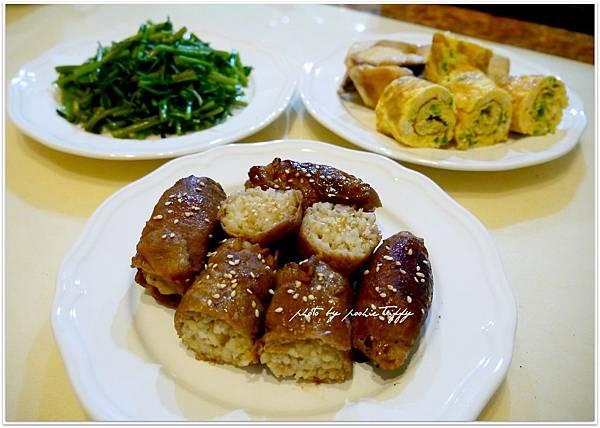 【豬肉捲飯團。蔥花蛋捲。嫩煎土魠魚。清燙空心菜】