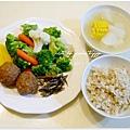 【蔭瓜肉丸子。清燙蔬菜。辣炒小魚干。糙米飯。玉米排骨湯】