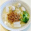 【肉燥湯麵】 自製肉燥。清燙大陸妹。清燙豆芽菜。媽咪自製蔬菜魚丸。菜頭。有機五穀麵