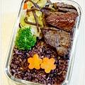 【嫩煎牛小排。清燙花椰菜。清炒白菜。紫米飯】