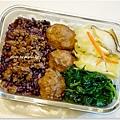 【清燙地瓜葉。清炒鮮菇高麗菜。滷肉燥/自製魚丸。十穀飯】