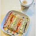 蛋沙拉三明治】 全麥吐司。牛蕃茄切片。小黃瓜切片。雞蛋沙拉