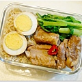 【蔥靠小排。辣滷豆腐。滷蛋。清炒小松菜】