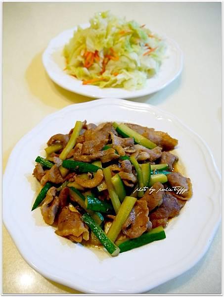 【櫻桃鴨胸肉片炒黃瓜。清炒高麗菜】