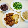 【日式炸雞。煎荷包蛋。水炒小松菜。十穀飯。糙米飯】
