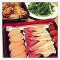 【Costco綜合握壽司。美式辣雞翅。水炒A菜】