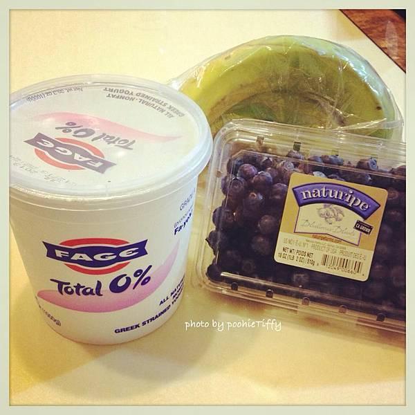 Fage希臘零脂優格。新鮮藍莓。香蕉