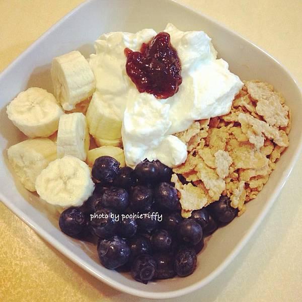 【Fage希臘零脂優格。新鮮藍莓。香蕉。無糖草莓果醬。Special K穀片】