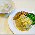 【蔥花糙米蛋炒飯。清燙花椰菜。辣滷手工豆乾。辣滷花生。菜頭魚丸湯】