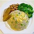 【蔥花糙米蛋炒飯。清燙花椰菜。辣滷手工豆乾。辣滷花生】