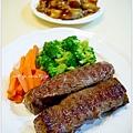 【嫩煎牛小排。清燙花椰菜/紅蘿蔔。紅燒小管/鯛魚塊】