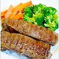 【嫩煎牛小排。清燙花椰菜/紅蘿蔔】