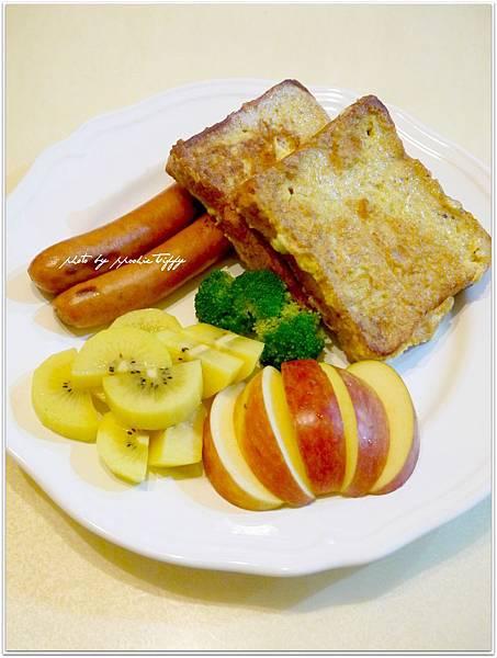 【法式吐司。水煮德式脆腸。清蒸花椰菜。金色奇異果。蘋果】