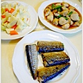 【鹽烤秋刀魚。蔥爆雞丁。清炒姣白筍】