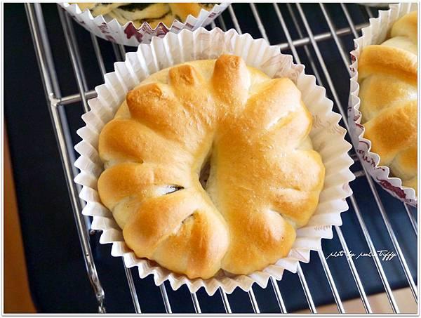 20130810 黑芝麻醬麵包 (2).JPG
