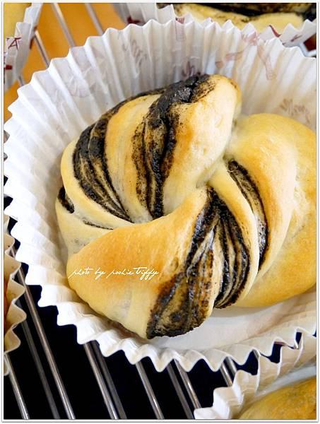 20130810 黑芝麻醬麵包 (4).JPG