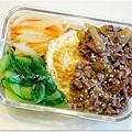 【韓式炒牛肉。酥煎荷包蛋。鵝油炒紅蘿蔔洋蔥絲。清燙青江菜】