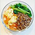 【肉燥飯。清燙小松菜。蕃茄炒蛋】