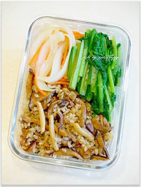 【糙米香菇偽油飯。清燙小松菜。清炒洋蔥紅蘿蔔】