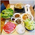 【蔬菜湯底豬肉火鍋。茼蒿菜。高麗菜。冬粉。無毒蝦。自製蔬菜魚丸。日製關東煮。沙茶沾醬】