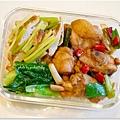【蔥燒雞腿。甜不辣炒芹菜。清燙小松菜】