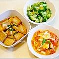 【蕃茄炒蛋。紅燒豆腐。清燙花椰菜。地瓜糙米飯】