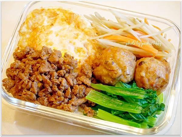 『清炒小刈菜。清炒牛蒡絲。滷蔬菜魚丸。滷肉燥。荷包蛋』