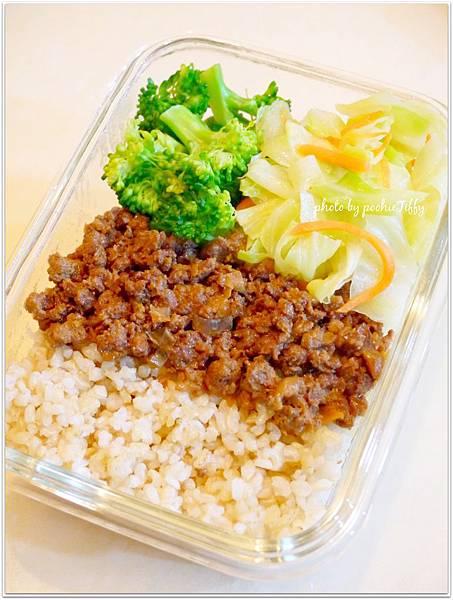 『清炒高麗菜。清燙花椰菜。滷肉燥兩匙。糙米飯』