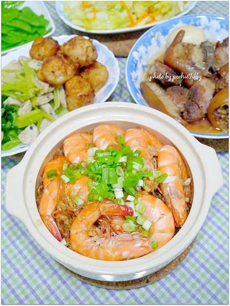 「鮮蝦粉絲煲。滷豬腳。清炒高麗菜。清炒荷蘭豆。炸花枝丸。清炒波菜。芹菜魚丸」