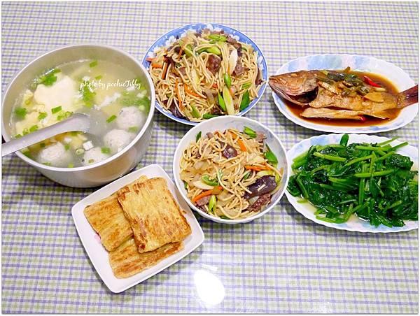 「乾煎豆包,牛肉炒麵。紅燒海魚。清炒波菜。魚丸蛋花湯」