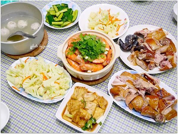 「鮮蝦粉絲煲。紅燒豆腐。清炒白花椰菜。涼拌小黃瓜。吉林燒雞。魚丸湯」