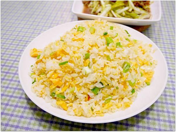 「黃金蔥花蛋炒飯。韭黃炒牛肉」
