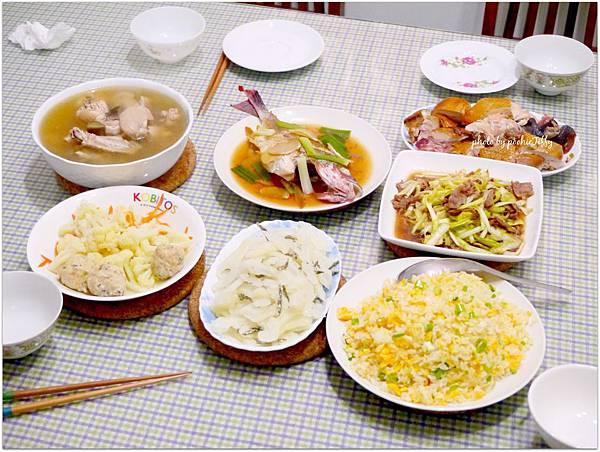 「黃金蔥花蛋炒飯。小魚乾炒苦瓜。清蒸海魚。韭黃炒牛肉。清炒白花椰菜。瓜仔雞湯。吉林燒雞」