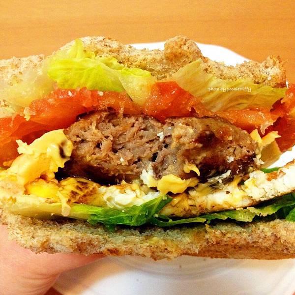 「牛肉漢堡排煎蛋吐司」