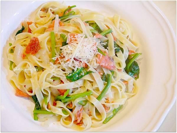 「白醬燻鮭魚波菜義大利寬麵」