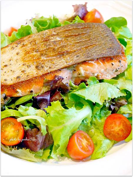 Krispy Salmon with Organic Spring Mix Salad 「脆皮鮭魚排佐綜合沙拉」