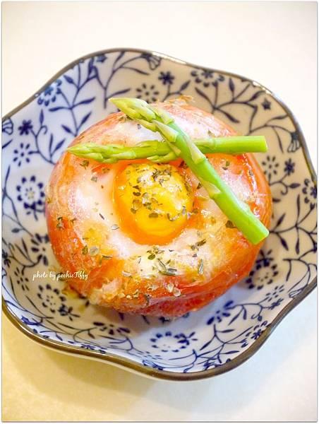 「香料雞蛋烤蕃茄盅」