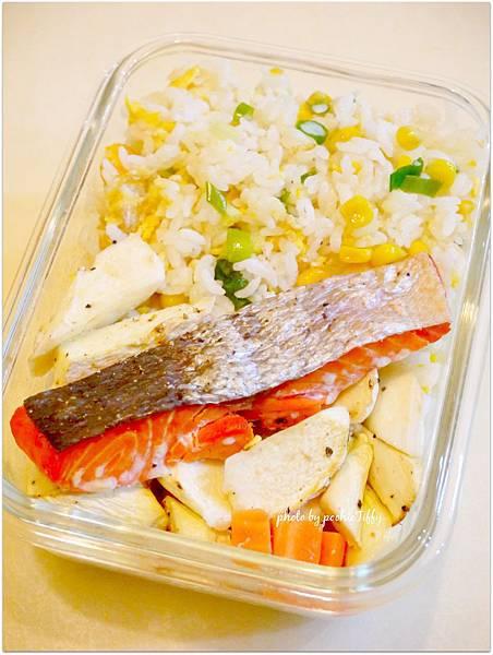 「鹽烤鮭魚。玉米蔥花蛋炒飯。烤筊白筍」