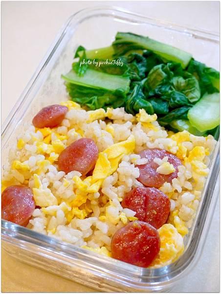 「香腸糙米蛋炒飯。清燙青江菜」