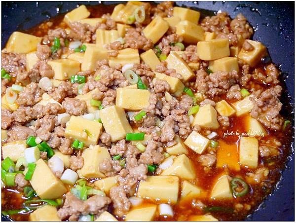 「肉末燒豆腐。清炒絲瓜。糙米飯」