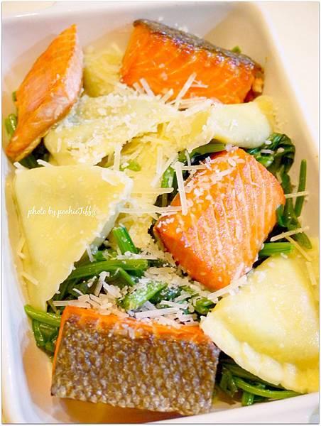 「波菜起司義大利餃。清燙波菜。鹽煎紅鮭」