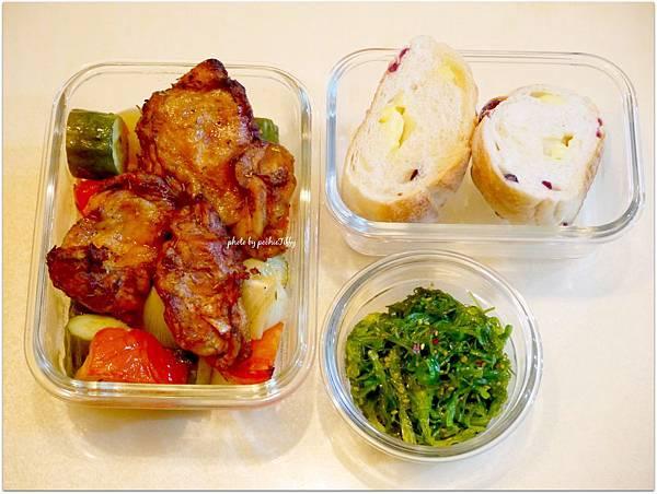 「日式涼拌海藻。Jamie Oliver紅椒烤雞排。烤時蔬。蔓越莓起司餐包」