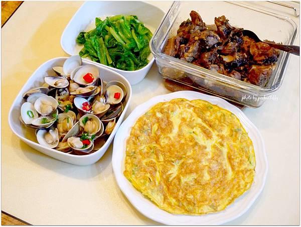 今天的餐桌好熱鬧。晚餐吃「梅干排骨。蔥花烘蛋。清燙大陸妹。酒蒸蛤蠣」