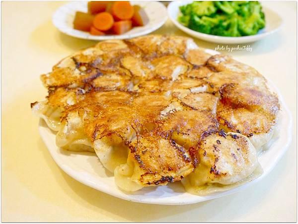 「高麗菜煎餃。清燙花椰菜。日式滷蘿蔔。蛋花湯」